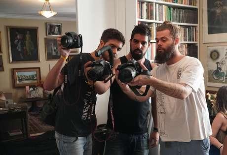Gabriel Almeida (de camiseta branca), filho de Vera Fischer e do também ator Felipe Camargo, é diretor da segunda unidade da produção