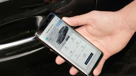O carro pode ser compartilhado com usuários externos através de um aplicativo Android.