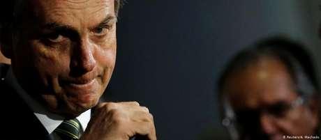 Bolsonaro e Paulo Guedes ao fundo: com pacote, ministro pretende romper espiral da dívida