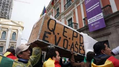 Os manifestantes que fazem oposição a Morales saíram às ruas para comemorar a renúncia do presidente