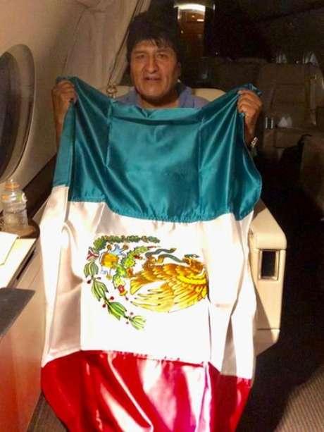Evo Morales em voo rumo ao México; no Twitter, ele afirmou que posse de 'senadora golpista' é consumação de 'golpe desastroso'