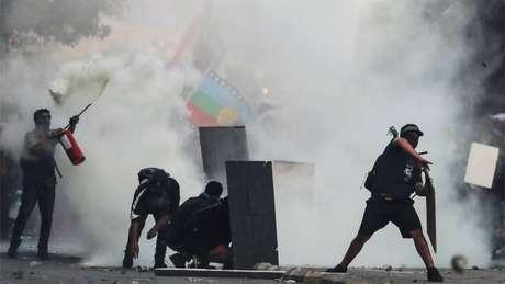 Piñera, que adotou medidas contra manifestantes acusados de atos de violência, sofre críticas também por ações violências de forças de segurança