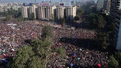 Milhares de pessoas saíram às ruas em atos ligados uma greve geral convocada por servidores públicos e estudantes