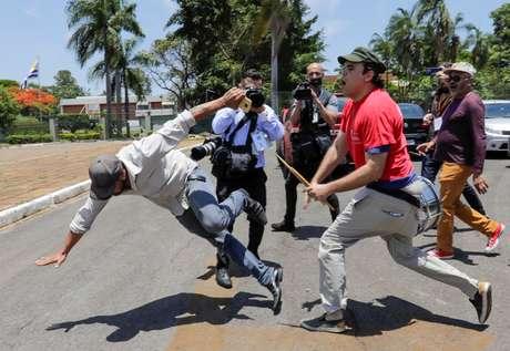 Simpatizantes de Guaidó e Maduro brigam do lado de fora da embaixada da Venezuela em Brasília 13/11/2019 REUTERS/Sergio Moraes