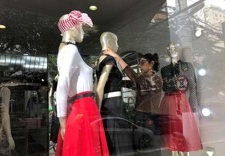 Funcionária de loja de shopping ajusta manequins em Sao Paulo. 30/5/2019. REUTERS/Nacho Doce