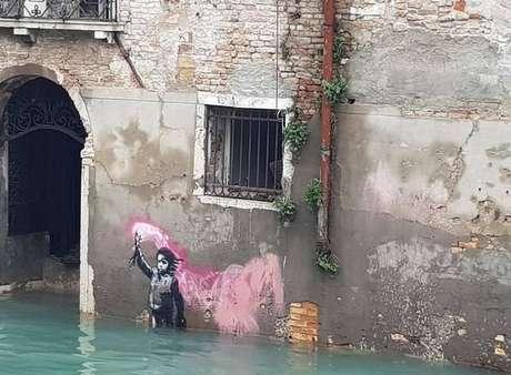Famosa obra de Banksy em Veneza amanhece debaixo d'água
