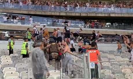 Cadeiras e outras partes do estádio foram depredadas na confusão do clássico- (Reprodução/TV Globo)