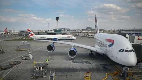 Abastecer aviões com combustível extra ajuda a evitar o custo mais alto deste insumo em seu destino