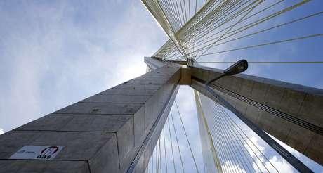 Ponte em São Paulo construída pela OAS 02/12/2014 REUTERS/Paulo Whitaker