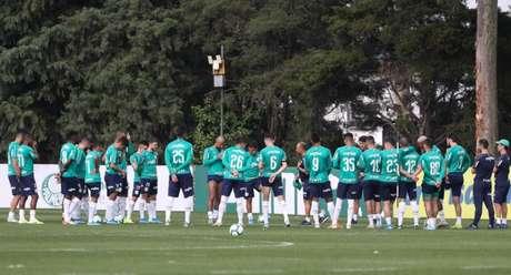 Jogadores do Palmeiras reunidos para o treino desta quarta-feira, na Academia (Foto: Cesar Greco)