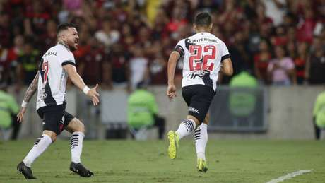 Rossi (esquerda) comemora um dos gols da equipe na partida desta quarta-feira (Foto: Rafael Ribeiro/Vasco)