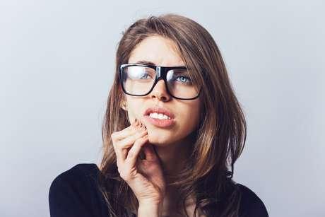 Sangramento pelo uso do fio dental pode ser um sinal de alerta para a gengivite, o estágio inicial da doença periodontal. Se não tratada, a gengivite pode progredir para estágios mais avançados,como uma periodontite, que pode causar um dano permanente aos tecido de suporte do dente. Quanto mais cedo a doença for diagnosticada, maior a probabilidade de um tratamento bem-sucedido.