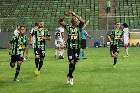 Coelho sofreu o empate no Independência, mas buscou o segundo gol (Foto: Estevão Germano/América-MG)