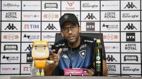 Alberto Valentim concedeu entrevista coletiva nesta sexta-feira (Foto: Vítor Silva/Botafogo)