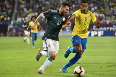 Jesus perde pênalti, Messi decide e Brasil amarga quinto jogo de jejum