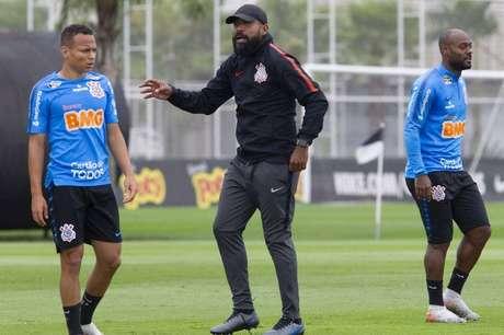 Dyego Coelho (centro) terá Corinthians reforçado contra o Inter – Foto: © Daniel Augusto Jr. / Ag. Corinthians