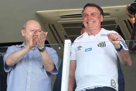 Ao lado de José Carlos Peres, presidente do Santos, Bolsonaro vestiu a camisa do Peixe (Foto: Guilherme Dionizio/Gazeta Press)