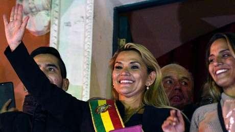 La senadora Jeanine Áñez asumió la presidencia de Bolivia en una sesión relámpago que no es reconocida por el partido MAS.