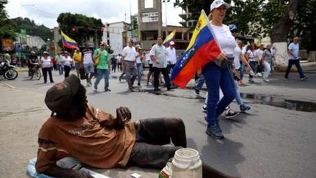 Muitos não vão aos protestos porque estão ocupados em tentar sobreviver