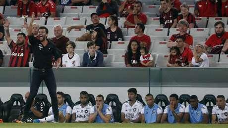 Valentim admite necessidade de melhorar (Foto: Vitor Silva/Botafogo)