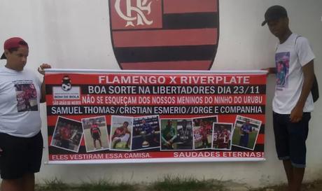 Familiares de Samuel Thomas Rosa protestaram em frente ao Ninho do Urubu (Foto: Arquivo pessoal)