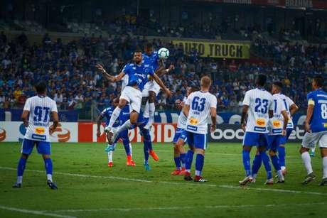 A Raposa tentou quase 50 jogadas de bolas aéreas e apenas uma teve real perigo (Foto: Vinnicius Silva/Cruzeiro)