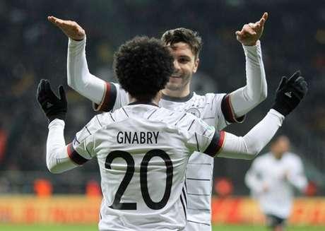 Gnabry e Goretzka foram os caras do jogo para a Alemanha (Foto: AFP)
