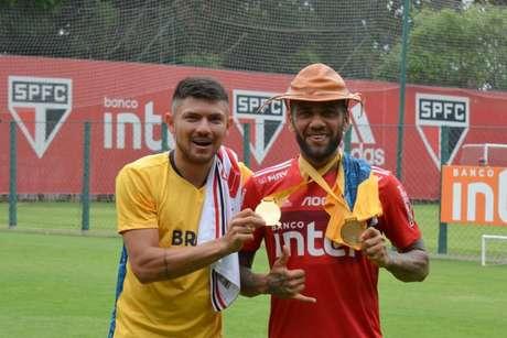 Petrucio e Daniel Alves interagem no CT do São Paulo - FOTO: Divulgação/São Paulo FC