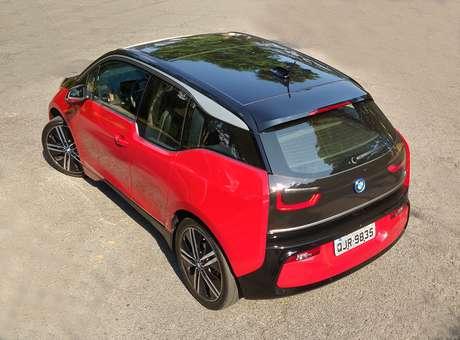 Na cor vermelha com teto preto, o i3 ficou ainda mais exótico.