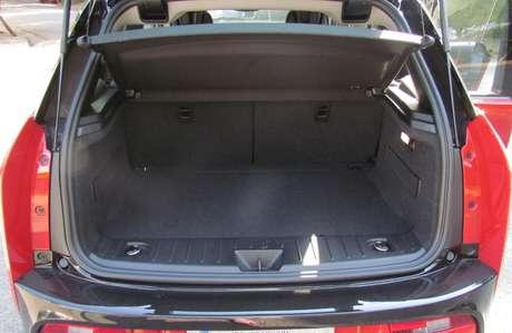 O porta-malas é pequeno, pois abriga apenas 260 litros.