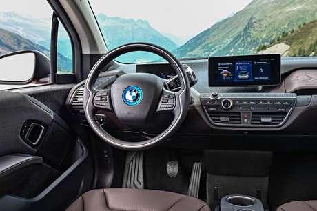 O volante é relativamente grande e a tela multimídia fica elevada.
