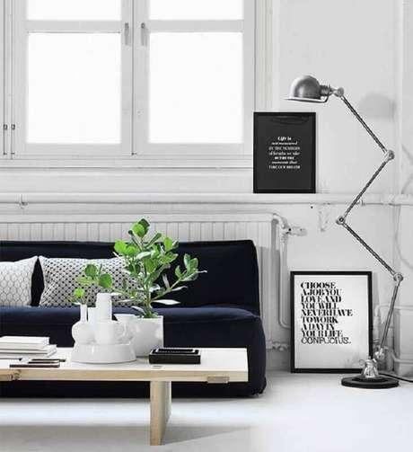 9. Decoração minimalista para sala com luminária de chão e sofá sem braço – Foto: Romy's Daily