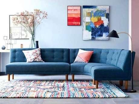 13. Modelo de sofá sem braço com design arredondado e tecido azul – Foto: Pinterest