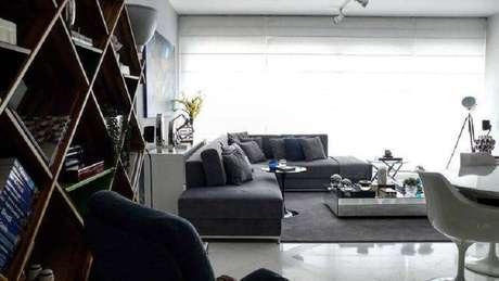 20. Sala ampla decorada com sofá de canto sem braço e mesa de centro espelhada – Foto: Rafael Samman
