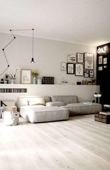 21. Decoração minimalista para sala ampla com sofá sem braço moderno e confortável – Foto: Sodimac
