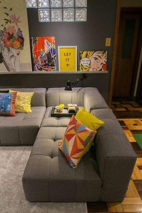 22. Sala cinza moderna decorada com sofá de canto sem braço – Foto: Andreza Goulart