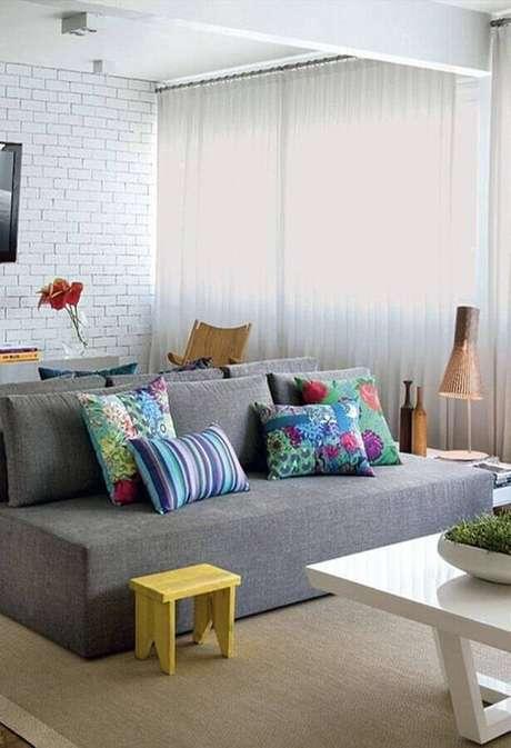 27. Modelo simples de sofá pequeno sem braço decorado com almofadas coloridas – Foto: Pinterest