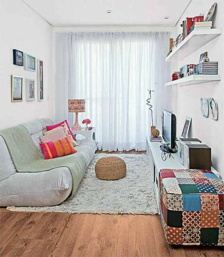 35. Sala simples decorada com sofá sem branco e puff quadrado colorido – Foto: Pinterest