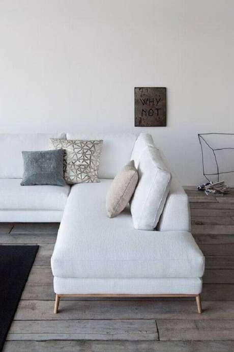 38. Sofá de canto sem braço é ótimo para otimizar espaço e criar mais lugares para se sentar na sala – Foto: Wood Save