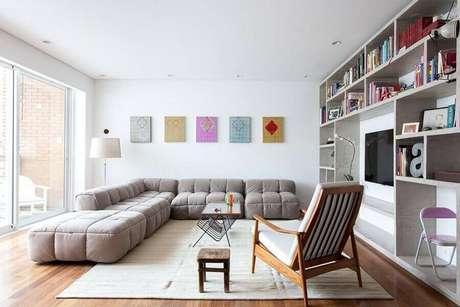 39. Decoração para sala ampla com poltrona de madeira e sofá sem braço de canto amplo e confortável – Foto: Felipe Hess
