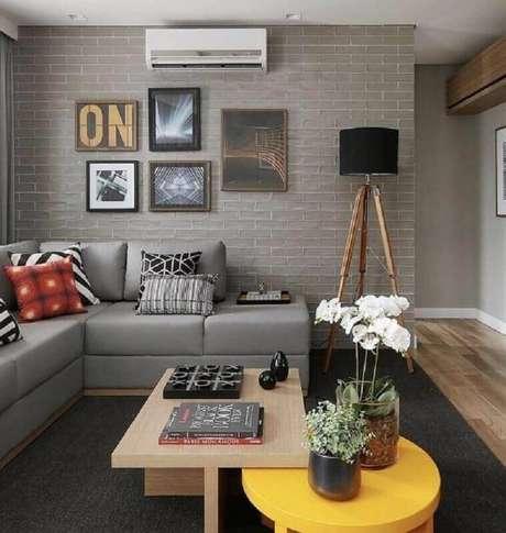 41. Invista no sofá sem braço para otimizar espaço em salas pequenas – Foto: Pinterest