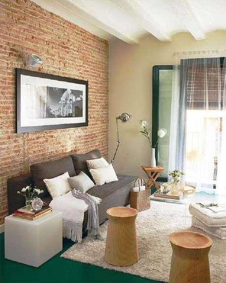 42. Sofá pequeno sem braço para decoração de sala com parede de tijolinho à vista – Foto: Yandex