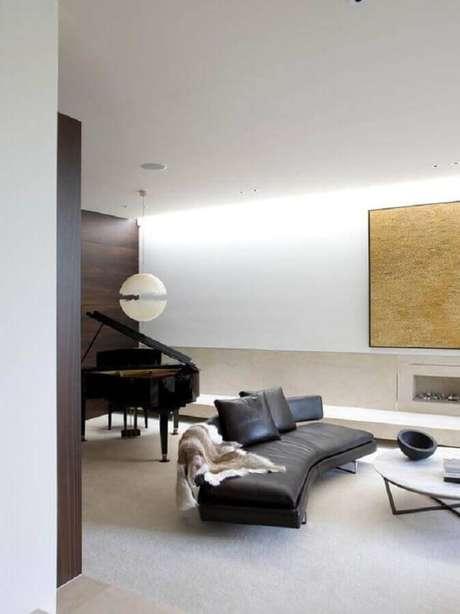 43. Sala ampla decorada com sofá sem braço moderno preto – Foto: Pinterest