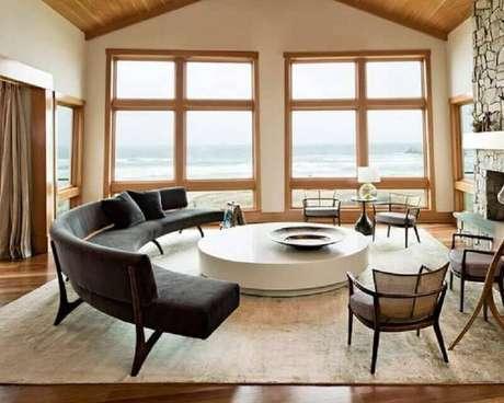 51. Decoração para sala com amplas janelas e sofá sem braço preto e moderno – Foto: Tanisha Cherry