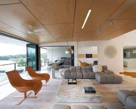 56. Varanda ampla e sofisticada decorada com poltronas diferentes e sofá sem braço moderno – Foto: Pinterest