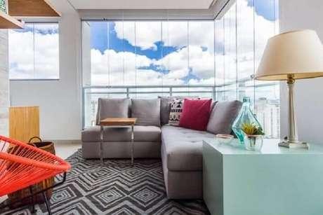 57. A varanda pequena também pode ficar mais charmosa e confortável com um sofá sem braço de canto – Foto: Duda Senna