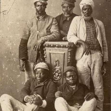 Africanos que deixaram condição de escravizados posam em estúdio, no final do século 19, em Porto Alegre; para Nei Lopes, abolição sem medidas a favor de emancipados agravou exclusão