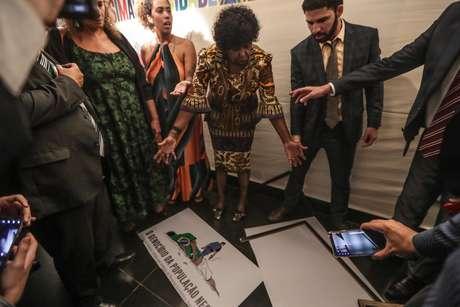 O deputado Coronel Tadeu (PSL-SP) arrancou da parede um cartaz de uma exposição que trata do racismo no Brasil