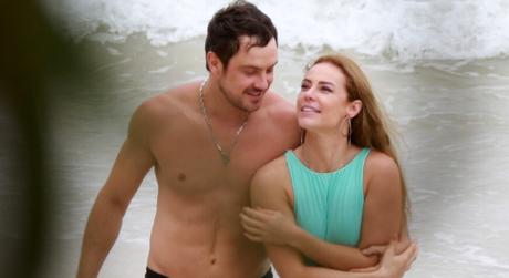 Sergio Guizé e Paolla Oliveira gravam em praia do Rio (Foto: Dilson Silva/AgNews)