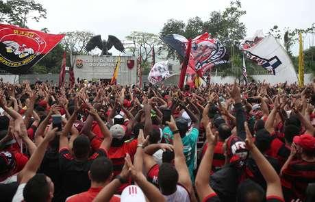 Festa de torcedores em frente à sede do Flamengo durante saída do elenco para Lima